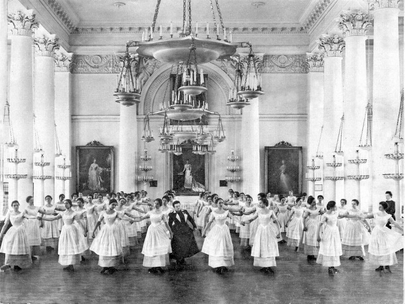 Воспитанницы смольного института