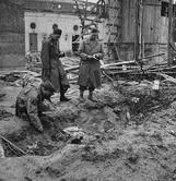 В саду  Рейхсканцелярии, на заднем плане видна терраса Дипломатического зала. В  этой траншее Кемпка жёг тело фюрера и Евы Браун.