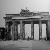 Бранденбургские  ворота через 2 месяца после окончания боёв.